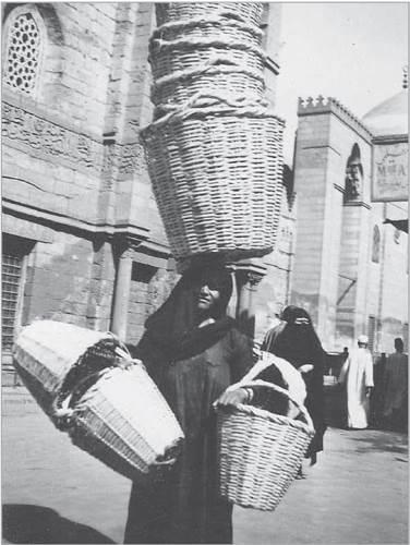 بائعة  «سبات» فى شوارع القاهرة فى الأربعينيات